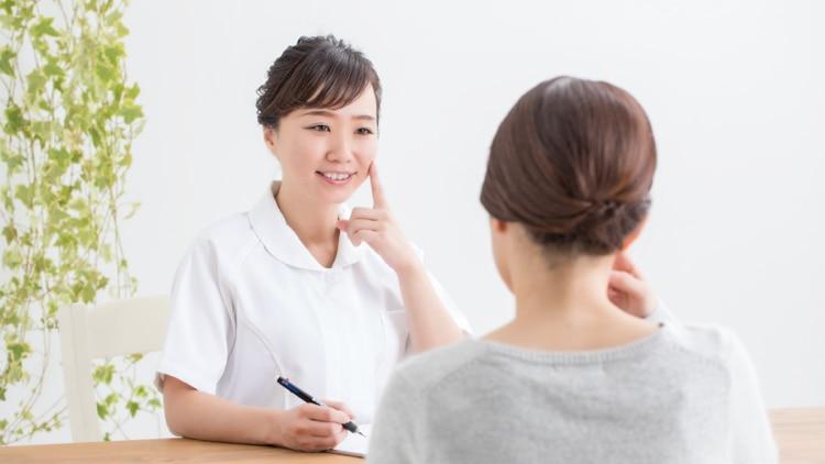 カウンセリングを行うスタッフと女性患者の写真